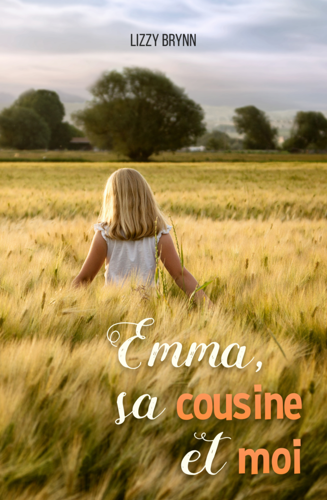 Photo d'une petite fille blonde de dos marchant dans un champ aux couleurs vertes et jaunes.