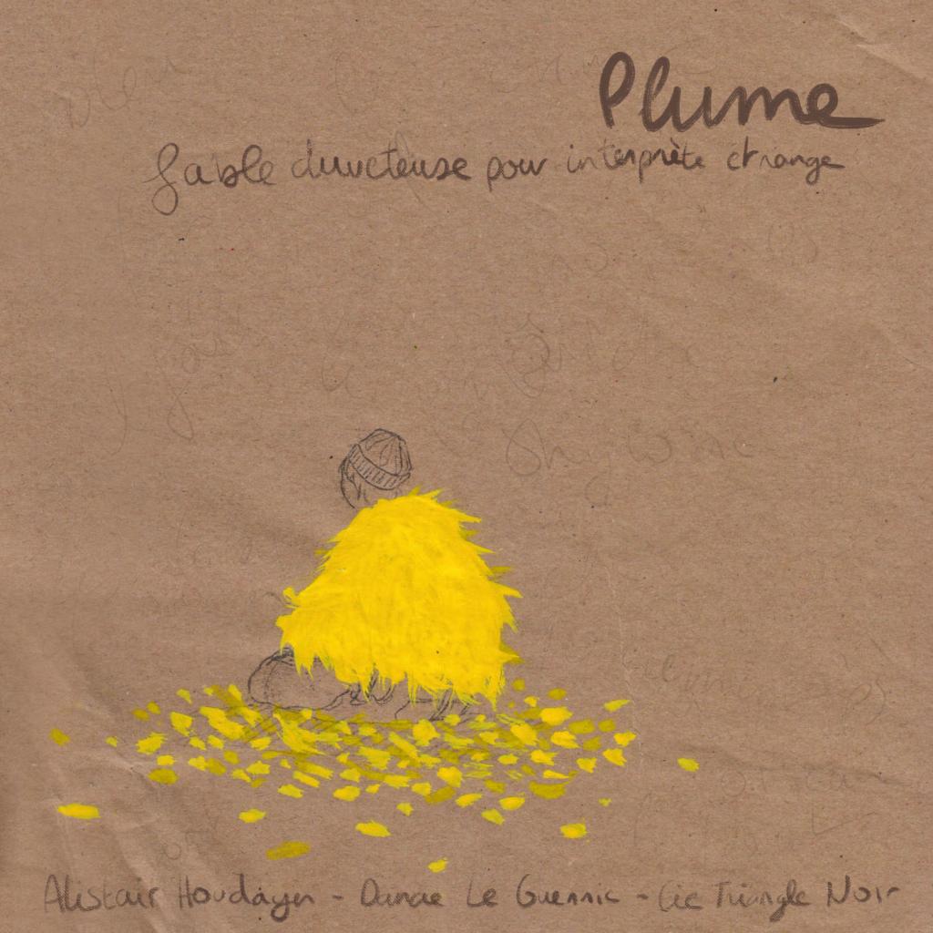 Un pochette carrée en papier marron avec dessiné au crayon à papier un personnage à genoux de dos avec un bonnet. Il porte dessiné à la peinture une sorte de châle en plumes jaunes. Des plumes sont éparpillées autour de lui.